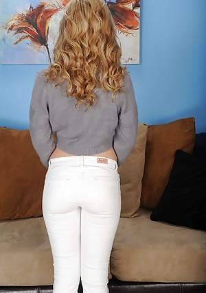 Amateur teen pamper in jeans Goldie Locc becomes naked in a shoved